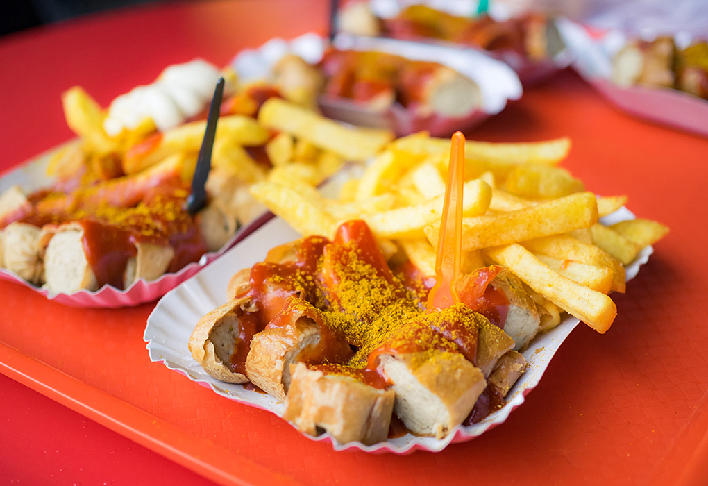 Currywurst-with-French-fries-in-Berlin-Germany_549076330.jpg